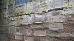 Les différentes plaques qui marquent le niveau des crues au pont de Watergate, près de la cathédrale de Worcester, la plus haute date de 1770. © Copyright Philip Halling