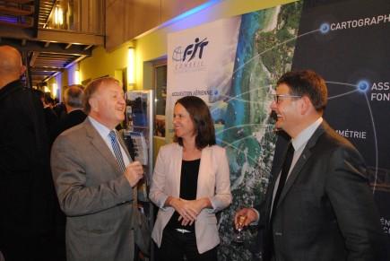 Daniel Brusaux et Eric Thalgott en compagnie de Johanna Rolland, maire de Nantes, lors de la signature de l'accord de cession et de partenariat.