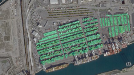 Grâce à la fréquence d'acquisition des satellites Skybox et aux algorithmes de reconnaissance de forme, Google pourra proposer des produits graphiques de suivi des containers dans un port.