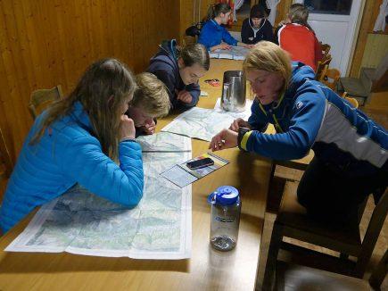Dès l'école, les jeunes Suisses et Autrichiens apprennent à lire les cartes topographiques et à comprendre le danger que représentent les avalanches (© Markus Stähelin, 2015)