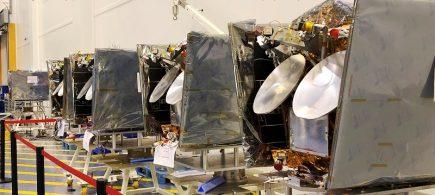 5 satellites OneWeb alignés (image Airbus)