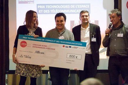 astien Nguyen Duy-Bardakji, fondateur et gérant de La TeleScop, et Sophie Ayoubi, chargée de communication, ont reçu le prix de 1000€ remis par Gilles Rabin, directeur de l'innovation, des applications et des sciences au Cnes.