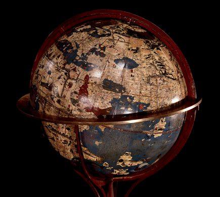Globe de Martin Behaim (1459-1507) Nuremberg, 1492. Plâtre peint. Fac-similé de 1847 BnF, département des Cartes et Plans, CPL GE A 276 (RES). Cartographe à Nuremberg, Martin Behaim partage avec Christophe Colomb la même conviction d'une voie océane permettant de gagner l'Asie. Entre 1484 et 1490, il séjourne à Lisbonne et navigue pour le compte du roi du Portugal. L'année même où Colomb s'élance vers le Nouveau monde, Behaim compose ce globe terrestre qui est la plus ancienne sphère occidentale conservée. Toute la nomenclature provient de Marco Polo à qui Colomb fera lui aussi une confiance exagérée. Avec ses inexactitudes, ce globe traduit les certitudes et les espérances des milieux maritimes portugais.