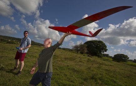 Nicolas Sonnet et Thomas Schermesser d'Aeromapper avec leur drone à longue portée