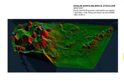 NICOLÁS GARCÍA BELMONTE, ÉTATS-UNIS WIND MAP Écran tactile 55 pouces, impression sur papier « dos bleu » mat 120 g, panneaux de bois (OSB). 1,95 x 4,20 m.