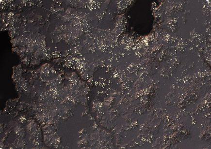 Vue nocturne du territoire de Naachtun (135km²) avec ses quelque 12000 maisons représentées par autant de points lumineux. Les aplats noirs correspondent aux marécages tandis que les fines lignes blanches correspondent aux chaussées mayas qui courent, chacune, sur une dizaine de km (© Pacunam Lidar Initiative, M. Canuto et L. Auld-Thomas).