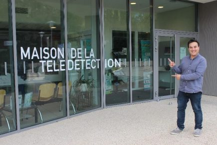 Bastien Nguyen Duy-Bardakji, fondateur et gérant de La TeleScop, devant la Maison de la Télédétection © CD / La TeleScop