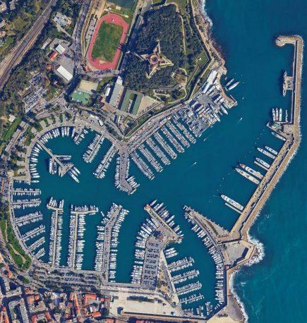 Marina est une orthophoto représentant Port Vauban à Antibes. Bien que la photo ait été prise à plus de 1.500 mètres du sol pour tenir compte de contraintes règlementaires, l'image HD originale offre une définition qui permet de visualiser en zoomant des détails tels que les cordes d'amarrage de chaque bateau.