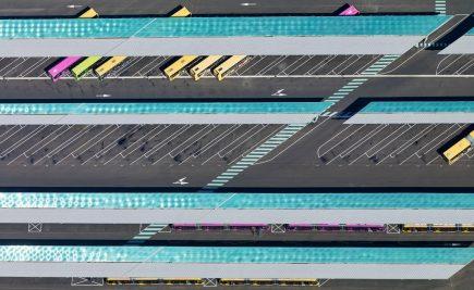 « Need a break ? » représente la base de maintenance des bus de Metz Métropole (57) sous un angle graphique original jouant sur la géométrie des installations et les couleurs des bus.