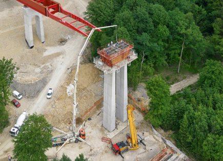 Concrete Legs illustre un moment clé de la construction d'un ouvrage d'art sur une ligne LGV pour le compte de SNCF Réseau.