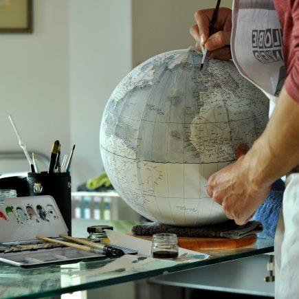 Chaque globe est peint à la main